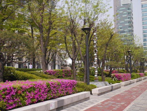 View in Seoul. There were cool fixtures by the sidewalk in this part.